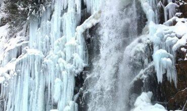 La magia invernale delle cascate dell'Acquacheta